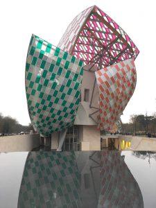 Fondation Louis Vuitton, parée des filtres teintés de Daniel Buren, 'l'observatoire de la lumière', exposition temporaire
