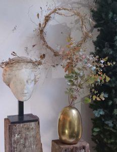 Mise en scène au Studio-Fleurs_ Sculpture avec guirlande et céramique doré à la feuille